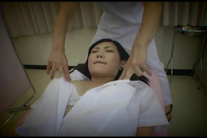 診察にやってきたセイフク姿の10代小娘に、触診と称しオシオキするようすを秘密撮影☆美しい乳をモミしだき、テマン責め☆