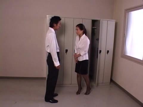 女教師の無料hamedori動画。発情が止まらない思春期の男子生徒に犯される女教師